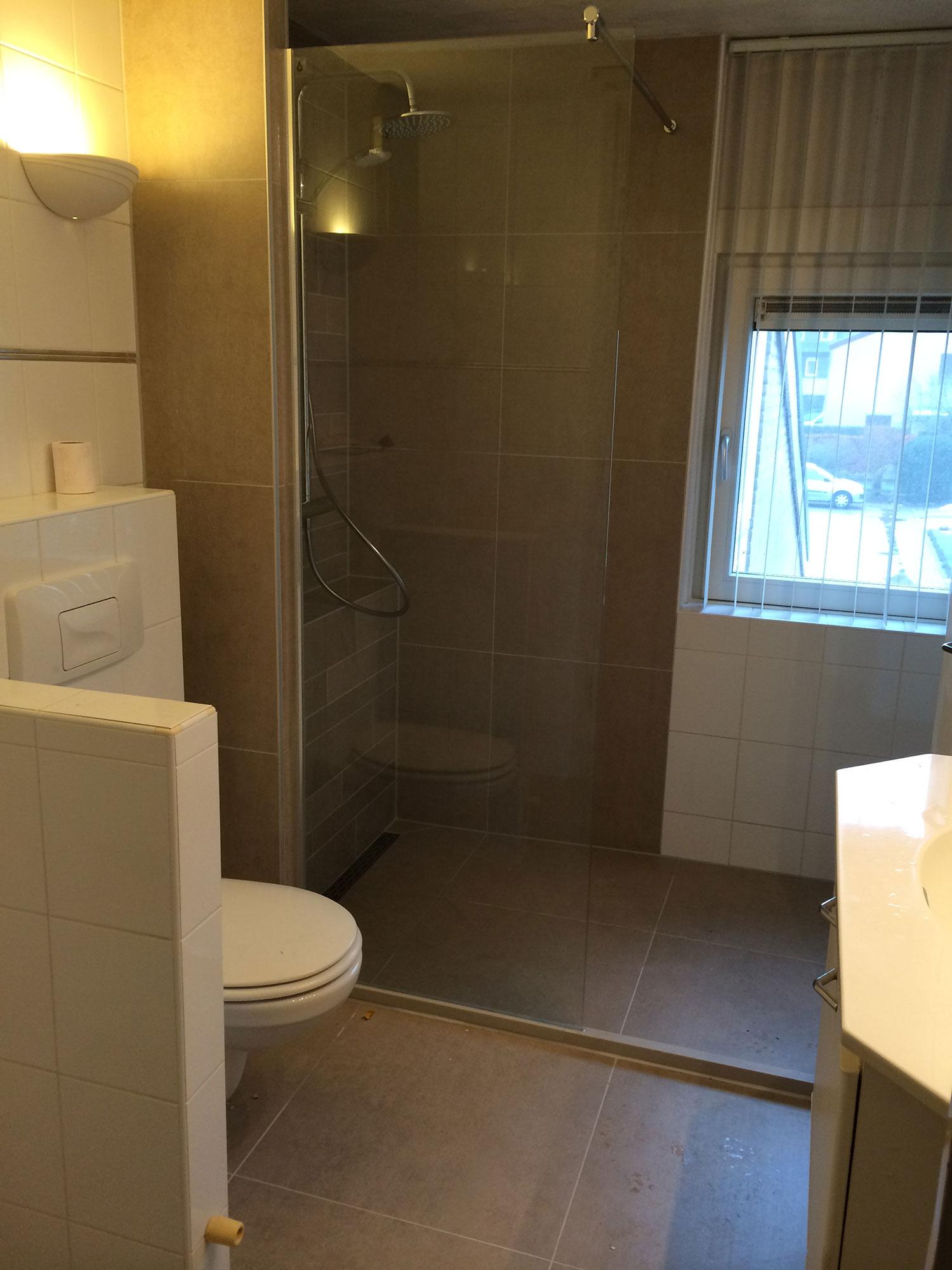 Badkamer renovatie Enschede (bruin) | Installatiebedrijf R. van Baren