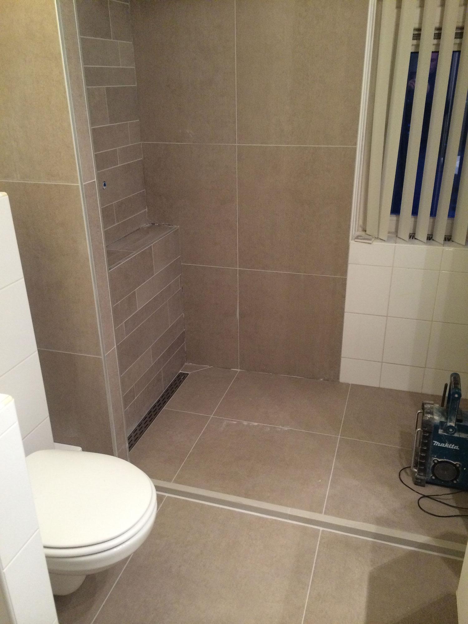 Badkamer renovatie Enschede (bruin)   Installatiebedrijf R. van Baren